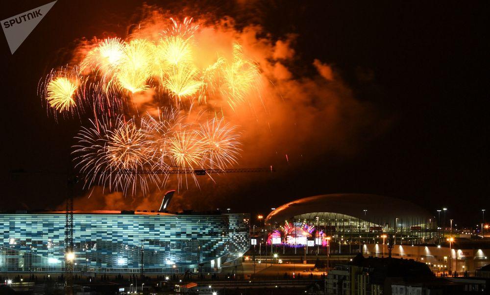 الألعاب النارية بنهاية مراسم افتتاح المهرجان الدولي الشبابي الطلابي في سوتشي، روسيا