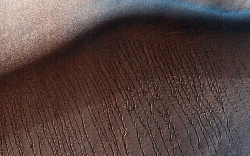 الأراضي المنخفضة على سطح كوكب المريخ، تسمى هيبلس بلانيتيا ()، وقطرها 2200 كم، وتعتبر أكبر حوض لأكثر الأراضي انخفاضا في النظام الشمسي.