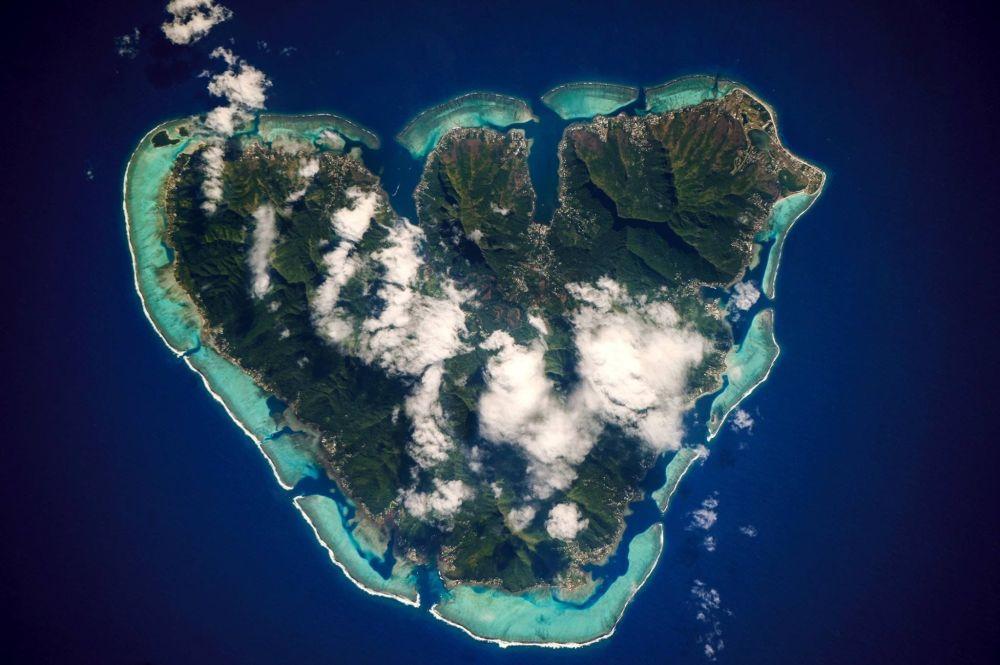 صورة لجزيرة موريا في بولينيزيا الفرنسية بالمحيط الهادئ من محطة الفضاء الدولية
