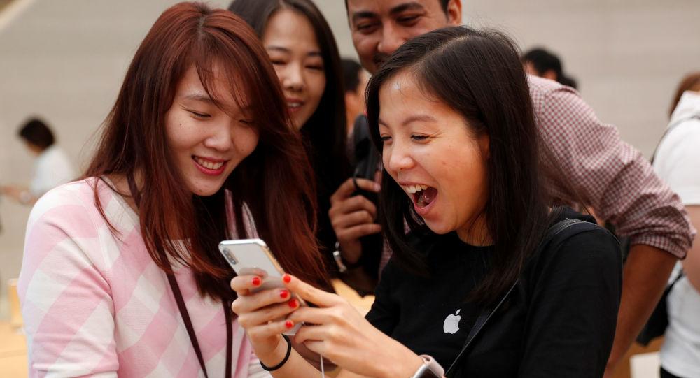 مبيعات هواتف آيفون إكس في متاجر أبل بمختلف مدن العالم 3 نوفمبر/ تشرين الثاني 2017 - سنغافورة