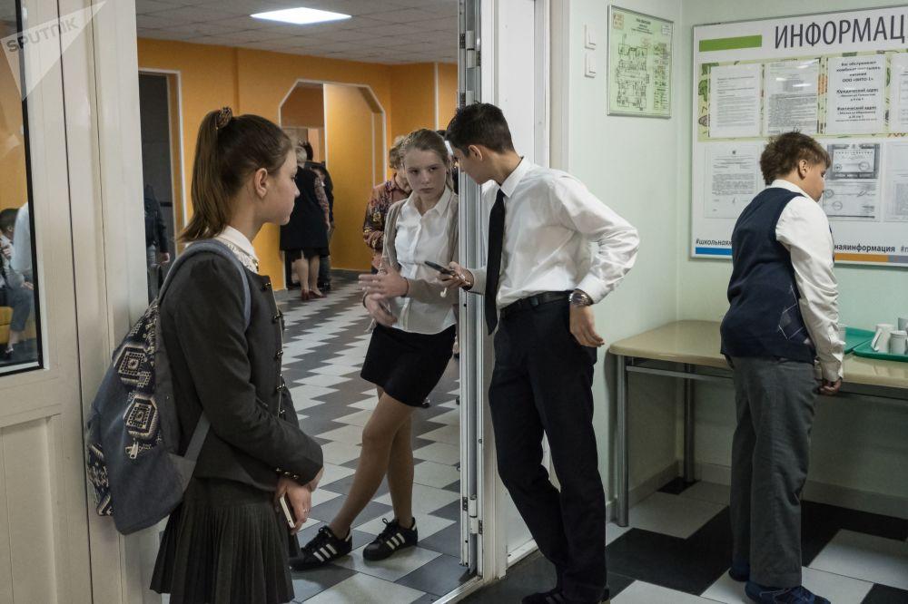 طالبات وطلاب مدرسة موسكو العسكرية رقم 2036 في موسكو