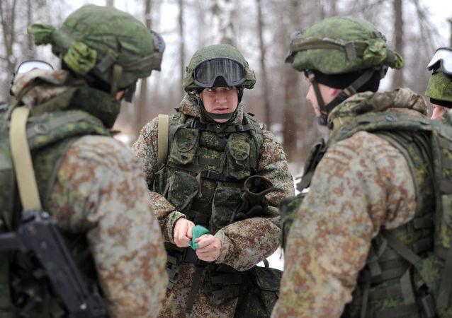 عسكريون يحملون طقم تجهيزات الجندي راتنيك