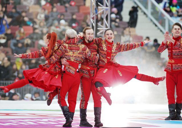 الفنانون يؤدون عرضا على خشبة المسرح خلال حفل روسيا توحد الشعوب! في موسكو
