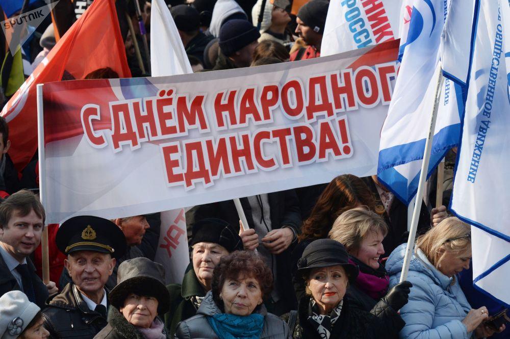 المشاركون في الحفل التكريمي ليوم الوحدة الوطنية على واجهة السفن في فلاديفوستوك، روسيا