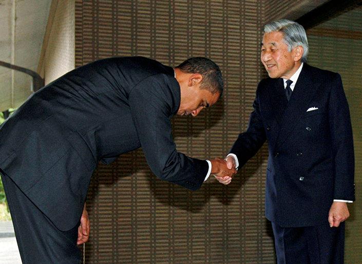 مصافحة أوباما و إمبراطور اليابان