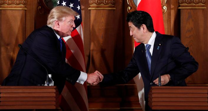 زيارة عمل إلى آسيا - رئيس الولايات المتحدة الأمريكية دونالد ترامب ورئيس الوزراء الياباني شينزو آبي في طوكيو، اليابان 6 نوفمبر/ تشرين الثاني 2017
