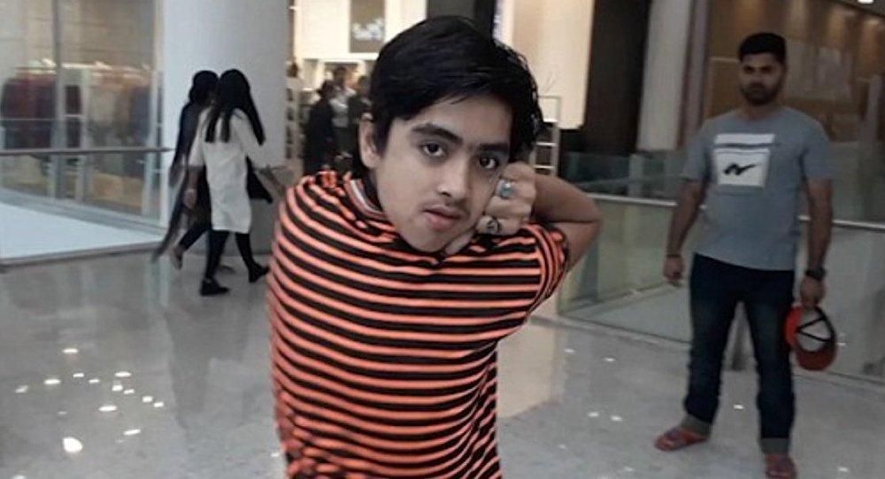 طفل باكستاني يدير رأسه للخلف