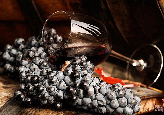 النبيذ الأحمر والعنب
