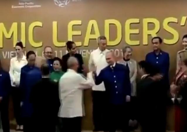 الرئيس الروسي فلاديمير بوتين بصافح رئيس بيرو في قمة أبيك