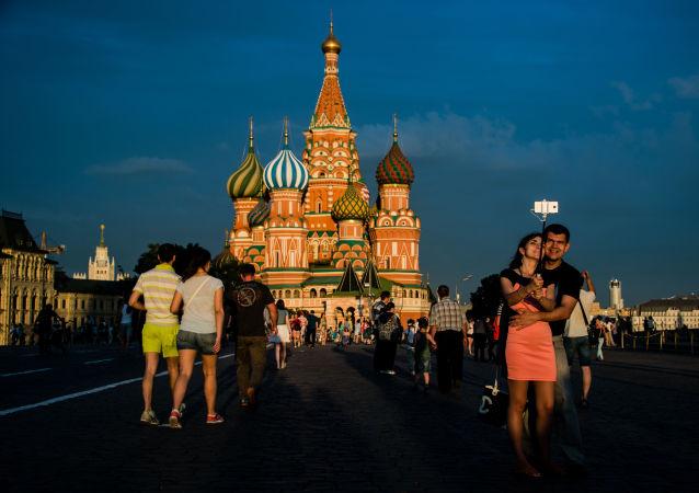 سياح في الساحة الحمراء بموسكو