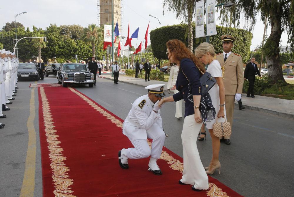 الأميرة المغربية لالة سلمى (سلمى بناني) زوجة ملك المغرب محمد السادس وزوجة الرئيس الفرنسي بريدجيت ماكرون خلال زيارتهما للمتحف الوطني للفنون في الرباط، المغرب 14 يونيو/ حزيران 2017