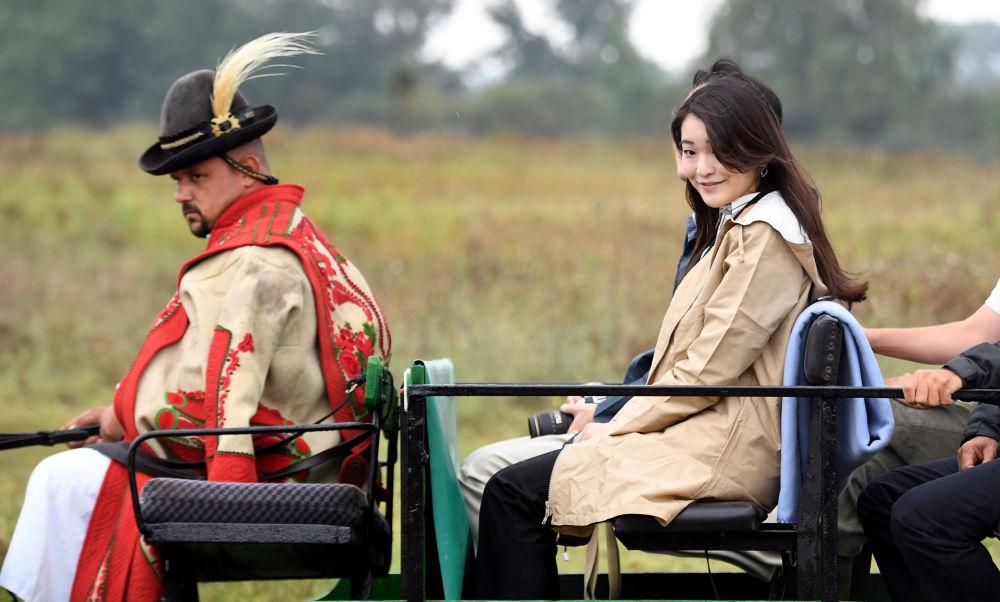 أمير اليابان أكيشينو، الابن الثاني لإمبراطور اليابان أكيهيتو، وابنته الأميرة ماكو في رحلة بعربة خيل في بودابست، المجر 20 أغسطس/ آب 2017