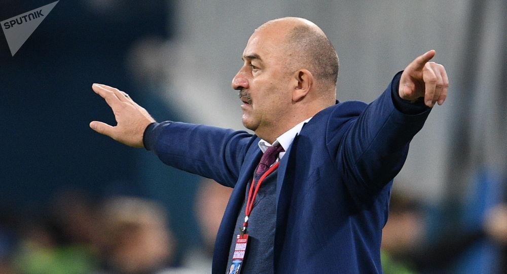 مباراة ودية بين روسيا وإسبانيا - مدرب فريق كرة القدم الروسي ستانيسلاف تشيرتشيسوف