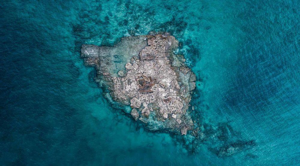 صورة بعنوان مفقود في الجنة - جزيرة صخرية وحيدة في غرب أستراليا