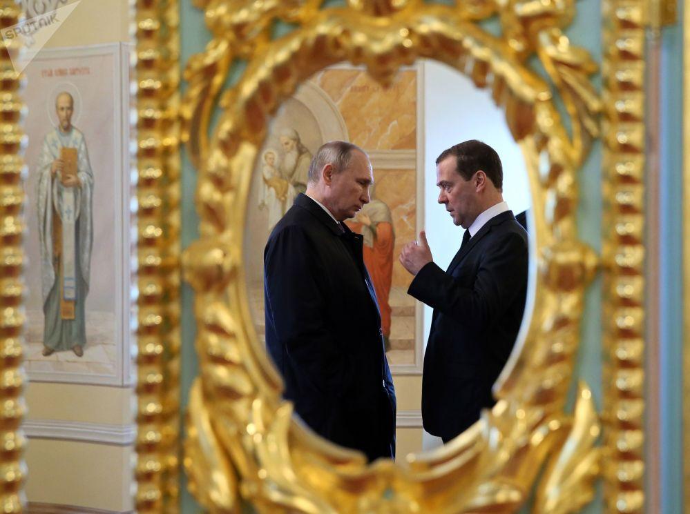 الرئيس فلاديمير بوتين ورئيس الوزراء دميتري مدفيديف خلال زيارتهما لدير الرجال فوسكريسينسكي نوفو-يروساليمسكي في إيسترا، بضواحي موسكو