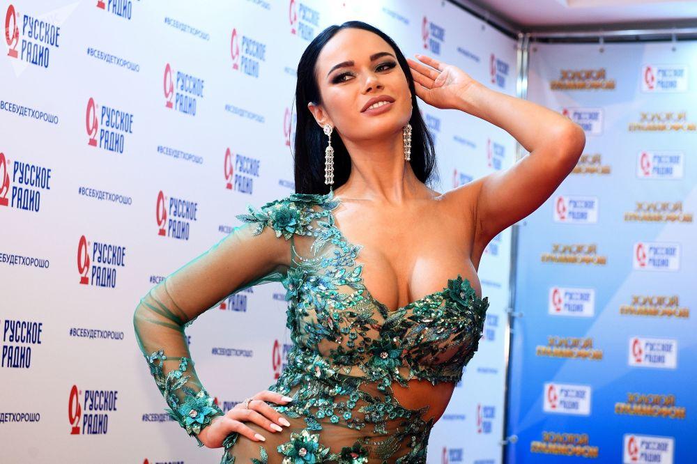الممثلة يانا كوشكينا خلال الحفل الـ 22 لتوزيع الجوائز الموسيقية زولوتوي غراموفون في موسكو