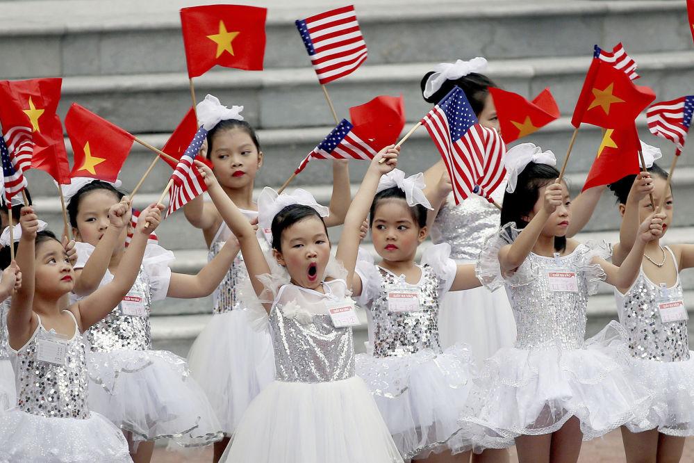 أطفال فيتناميون خلال مراسم الاستقبالبالرئيس الأمريكي دونالد ترامب والسيدة الأولى ميلانيا ترامب إلى فيتنام 12 نوفمبر/ تشرين الثاني 2017