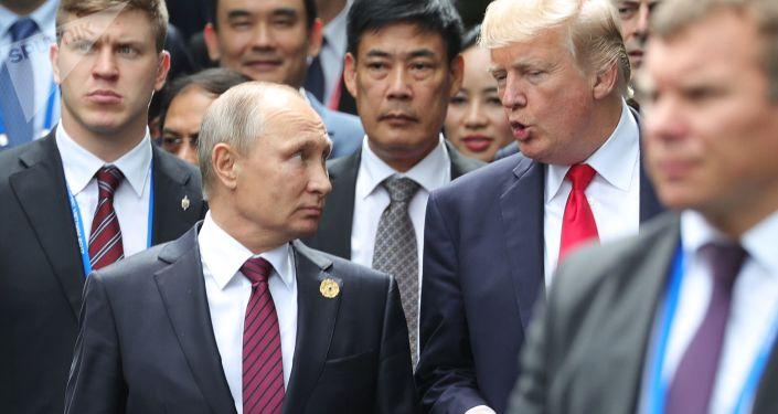 الرئيس الروسي فلاديمير بوتين ونظيره الأمريكي دونالد ترامب خلال حديثهما في قمة إبيك في الفيتنام
