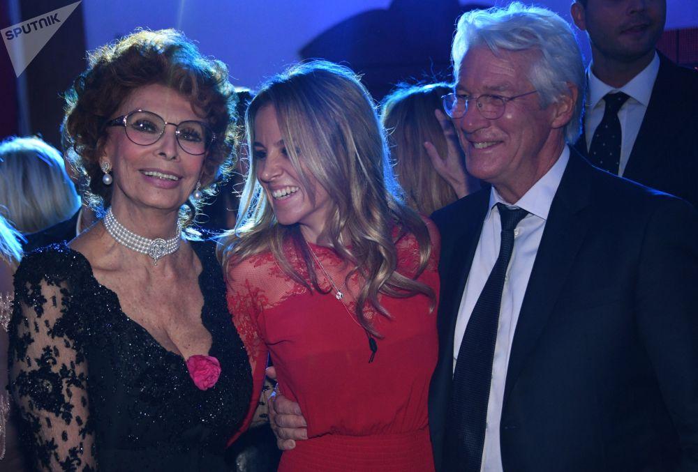 الممثلة الإيطاليا صوفي لورين والممثل ريتشارد غير خلال حفل موسيقي برافو في موسكو