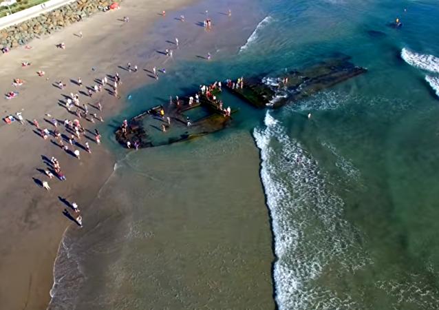 السفينة الشبح ترسو على شواطئ كاليفورنيا