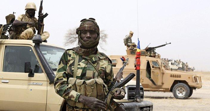 جندي من تشاد خلال عملية قنالية ضد جماعة بوكو حرام في النيجر