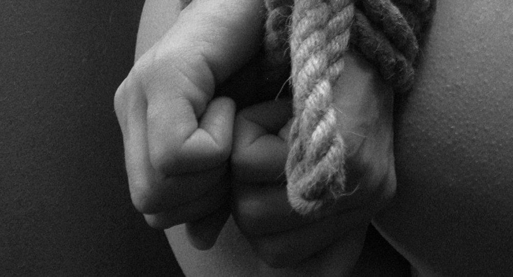 امرأة مربوطة اليدين