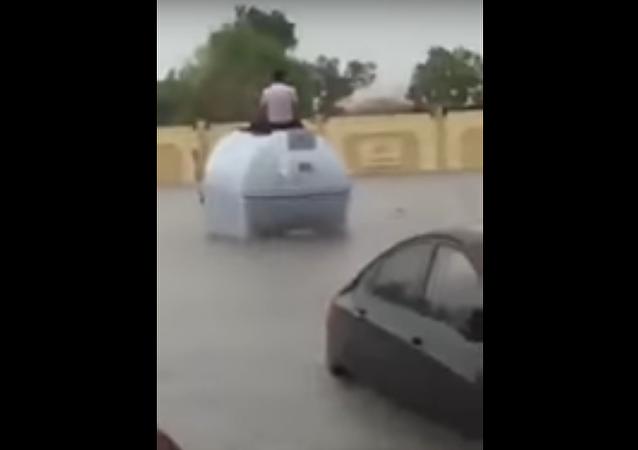 رجل يحاول النجاة من سيول السعودية الناجمة من الأمطار في 21 نوفمبر/تشرين الثاني 2017