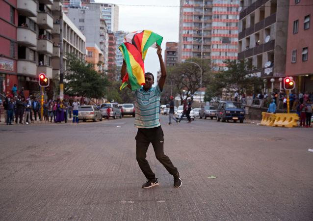 احتفال المواطنين في زيمبابوي باستقالة الرئيس روبرت موغابي، 21 نوفمبر/ تشرين الثاني 2017