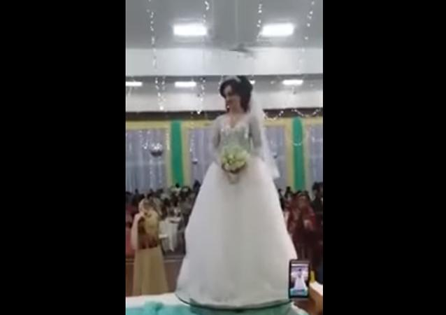 عروس تستعرض جمالها بطريقة غريبة في حفل زفافها