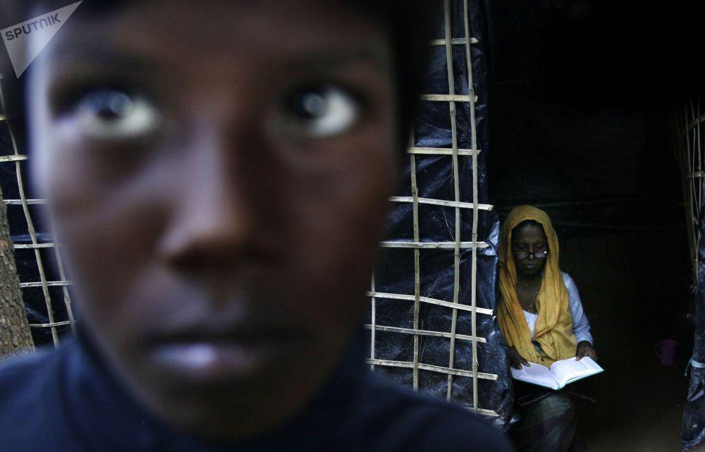 امرأة الروهينغا تقرأ قرآن في مخيم كوتوبالغون على الحدود بين ميانمار وبنغلادش