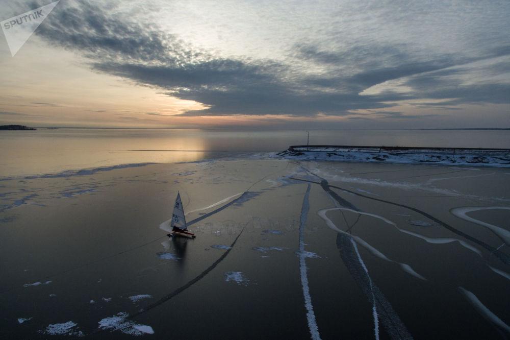 المشاركون في البطولة المفتوحة لمنطقة نوفوسيبيرسك في سياق الرياضة على الجليد في بحر أوب، نوفوسيبيرسك