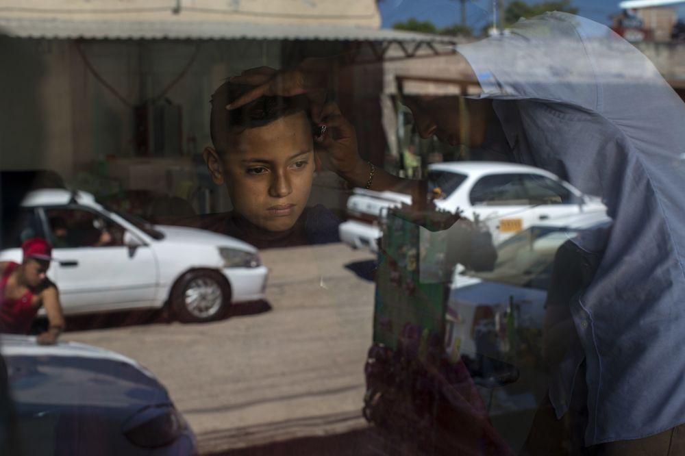 صبي، 14 عاما، في محل للحلاقة قبل بدء الانتخابات العامة في هندوراس، والتي ستعقد في 26 نوفمبر/ تشرين الثاني 2017