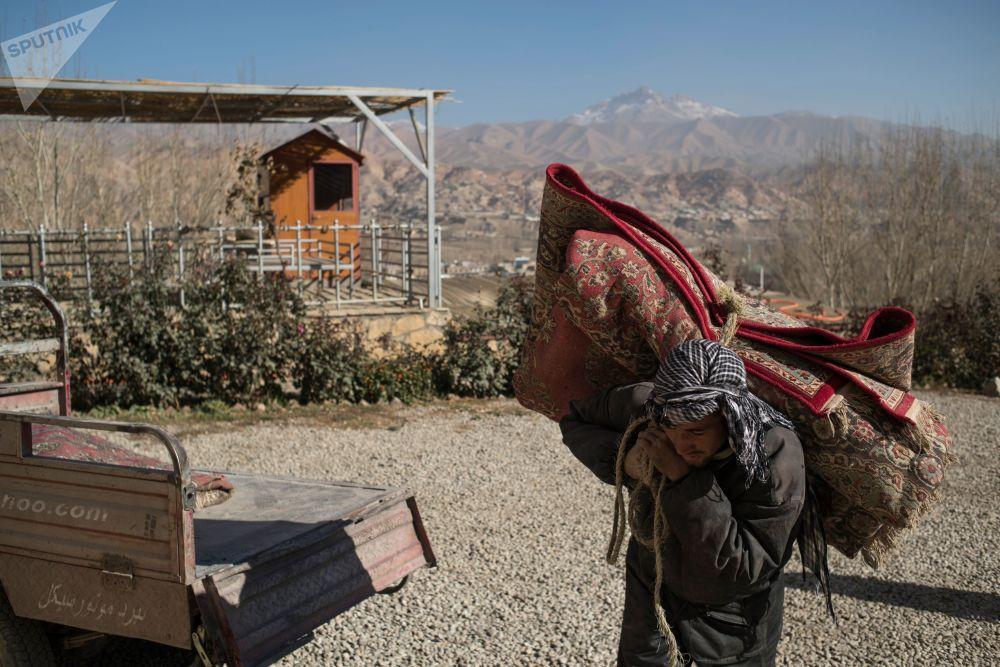 رجل يحمل سجادة على ظهره، أفغانستان