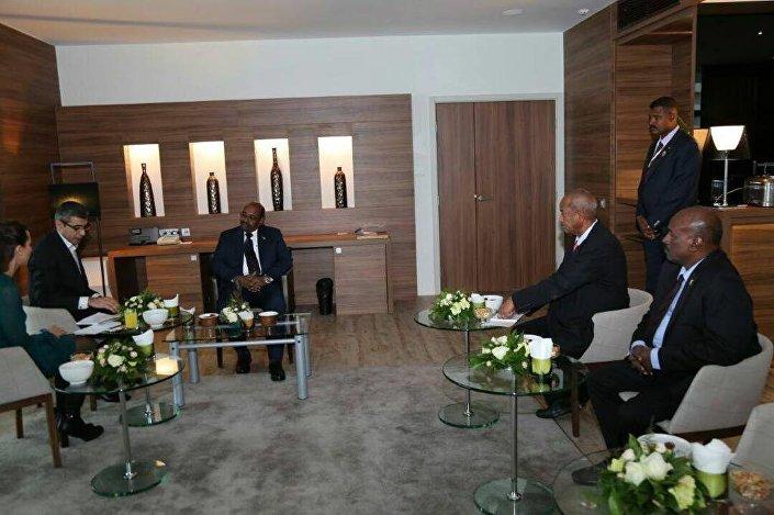الرئيس السوداني ومراسلي سبوتنيك