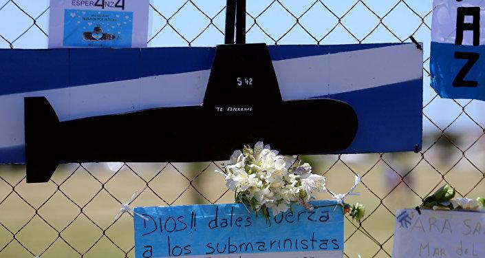 باقة من الزهور واللافتات لدعم أفراد الطاقم المفقودين في الغواصة أرا سان خوان على سياج خارج قاعدة بحرية أرجنتينية في مار ديل بلاتا