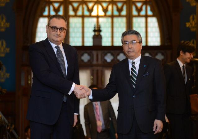 نائب وزير الخارجية الروسي إيغور مورغولوف مع نائب وزير الخارجية الياباني شينسوكي سوجياما