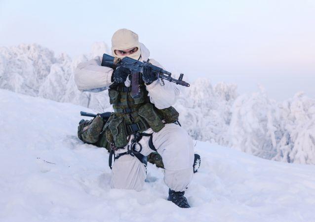 جنود من اللواء البحري الـ 61 التابع لأسطول الشمال أثناء التدريبات في قاعدة لمشاة البحرية سبوتنيك في منطقة مورمانسك، روسيا