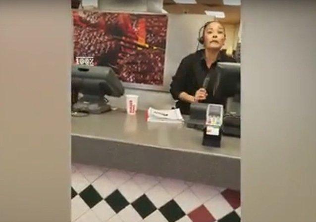 مديرة مطعم برغر أمريكي تصرخ في وجه زبونة حامل