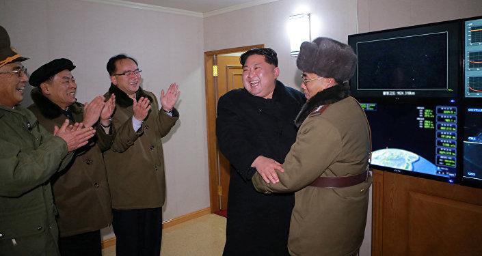 زعيم كوريا الشمالية كم جونغ أون بعد إطلاق الصاروخ
