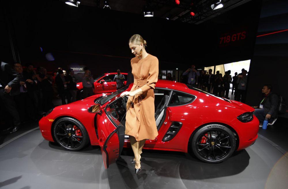 عرض السيارات لا أوتو شو 2017 في لوس أنجلوس - لاعبة تنس الروسية ماريا شارابوفا تقف بجوار السيارة الجديدة Porsche 718 Cayman GTS، كاليفورنيا 29 نوفمبر/ تشرين الثاني 2017
