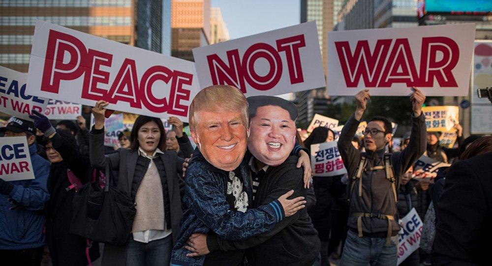 متظاهران يرتديان زيا للزعيم الكوري الشمالي كيم جونغ أون والرئيس الأميركي دونالد ترامب خلال مسيرة السلام قبيل زيارة الرئيس دونالد ترامب إلى سيؤول، كوريا الجنوبية في 5 نوفمبر/ تشرين الثاني 2017