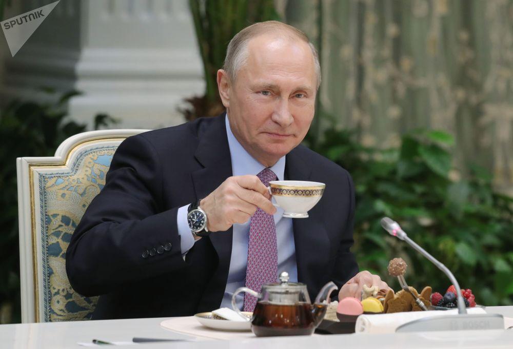 الرئيس فلاديمير بوتين في اجتماع مع الفائزين في مسابقة عائلة العام