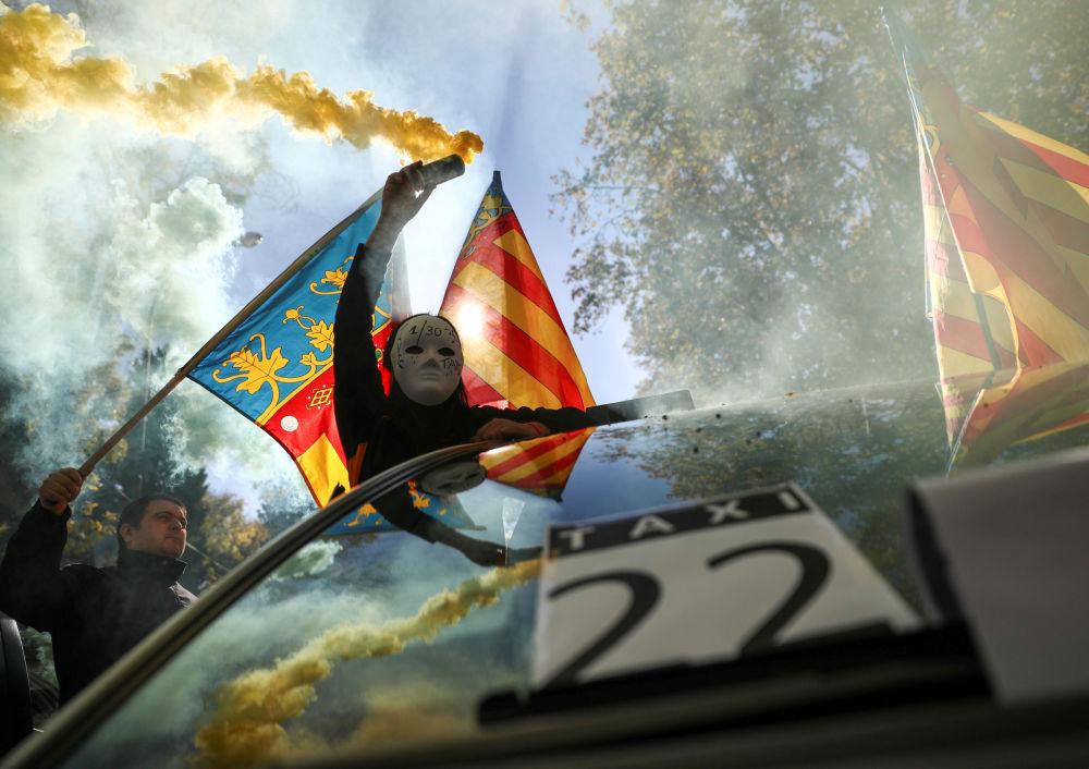 رجل في قناع خلال إضراب سيارات الأجرة في مدريد