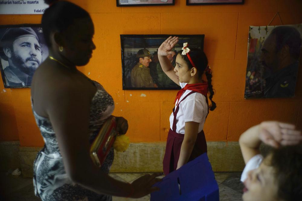 التلاميذ يصوتون برفع الأيدي خلال الانتخابات البلدية في هافانا، كوبا