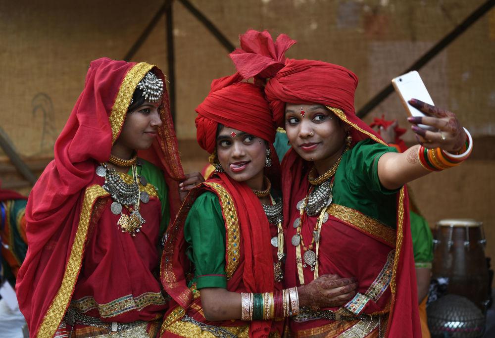 الحرفيون الهنديون يصورون سيلفي قبل أداء العرض في حدث نظمه مركز غاندي الوطني للفنون في نيودلهي، الهند
