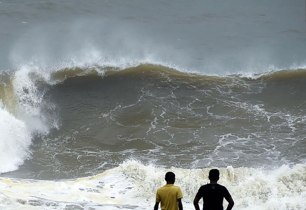 ارتفاع الأمواج على ساحل كولومبو، سريلانكا