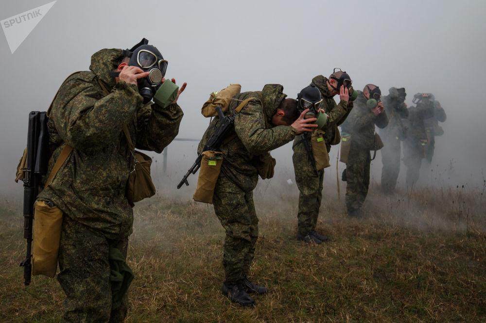 جنود خلال تدريبات الدفاع الكيماوية في المنطقة العسكرية الجنوبية، روسيا