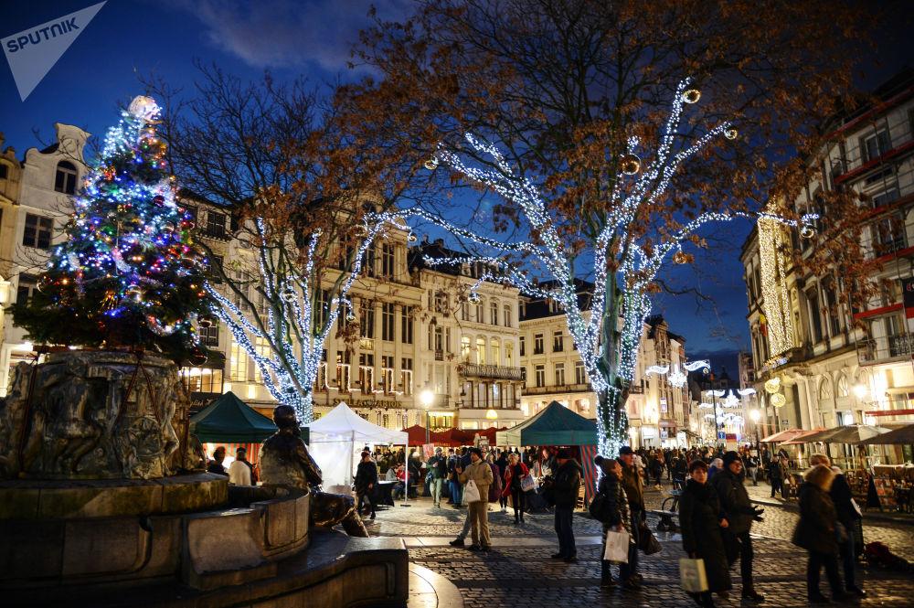 المارة في سوق عيد الميلاد في بروكسل