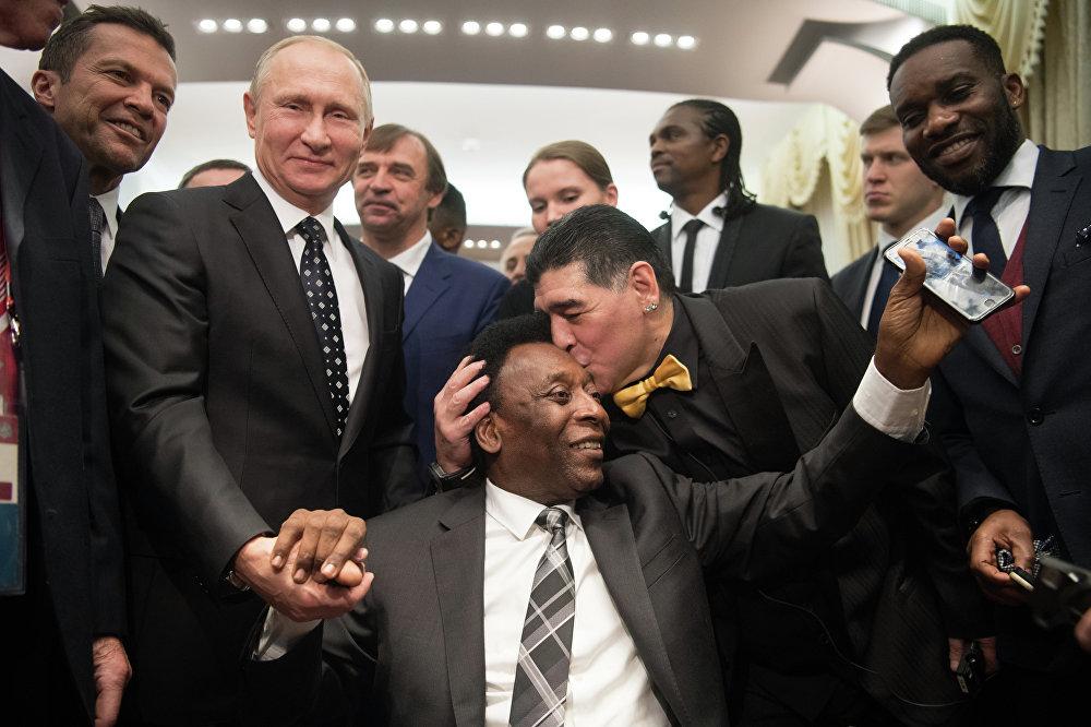 مارادونا وبيليه والرئيس الروسي فلاديمير بوتين