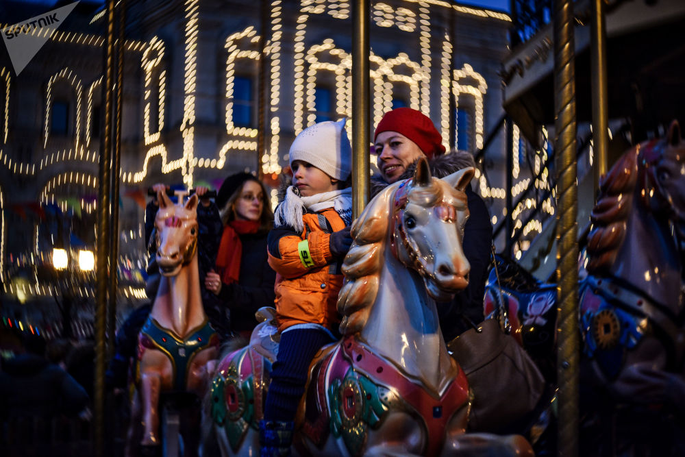 زوار في مهرجان غوم على الساحة الحمراء بموسكو